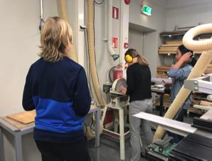 手工藝課在香港最多是視藝/課外活動,在芬蘭卻是重要科目,每週所佔時數超過英語學習。不論男女,都要學木工、金工、家政等課。