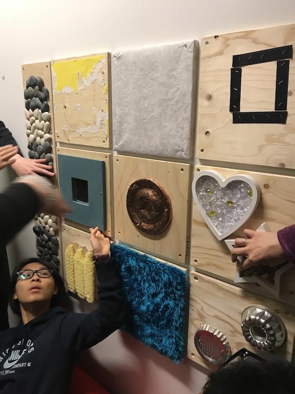 感官統整房有多種感觀刺激,自閉症孩子亦愛用重重的被子壓著。