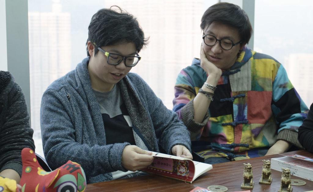 畢業於中文系與歷史系的Catherine(左)重視資料的準確性,堅持把故事分享到平台之前,要進行資料印證和核實。身旁的阿奇則負責較多「落區」訪談的部分。