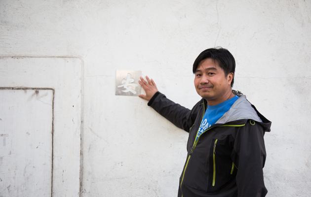 耀華製作室接班人李健明自小見證多個手寫招牌的誕生。