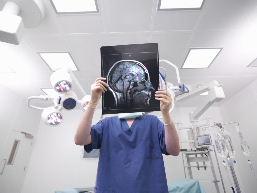 如需要以外科手術來治療腦癇前,會先進行一個全面性腦部檢查,如抽血、攝錄腦電圖、磁力共振、正電子掃描、抽搐時的數據,以找出確實的病灶位置, 評估當中風險,才考慮是否進行。