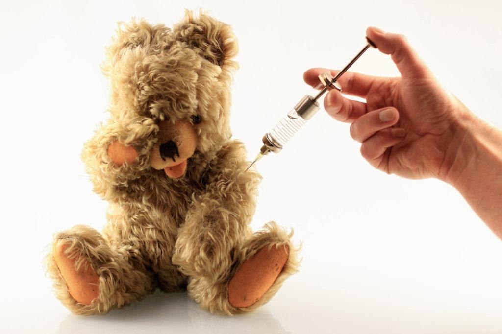 香港兒童注射流感針的覆蓋率低,約只有兩成。衞生署調 查發現家長拒絕為兒童注射流感疫苗,主要擔心注射疫苗 會容易出現嚴重副作用,但事實並非如此。由今年乙型流 感屬山型,專襲擊小朋友,會出現較多嚴重併發症,故對 兒童影響會較大,而H3N2則對長者影響特別嚴重。