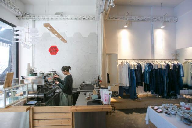 咖啡店和服裝店的空間由中間的布簾隔開,服裝店部分更是一個流動的空間,可以成為藝術展場、新書發布會會場,甚至是pop-up店。