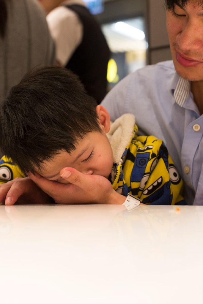浩天傻乎乎地睡在雞仔的手掌上,雞仔嘴裏在投訴,眼裏卻有笑意。