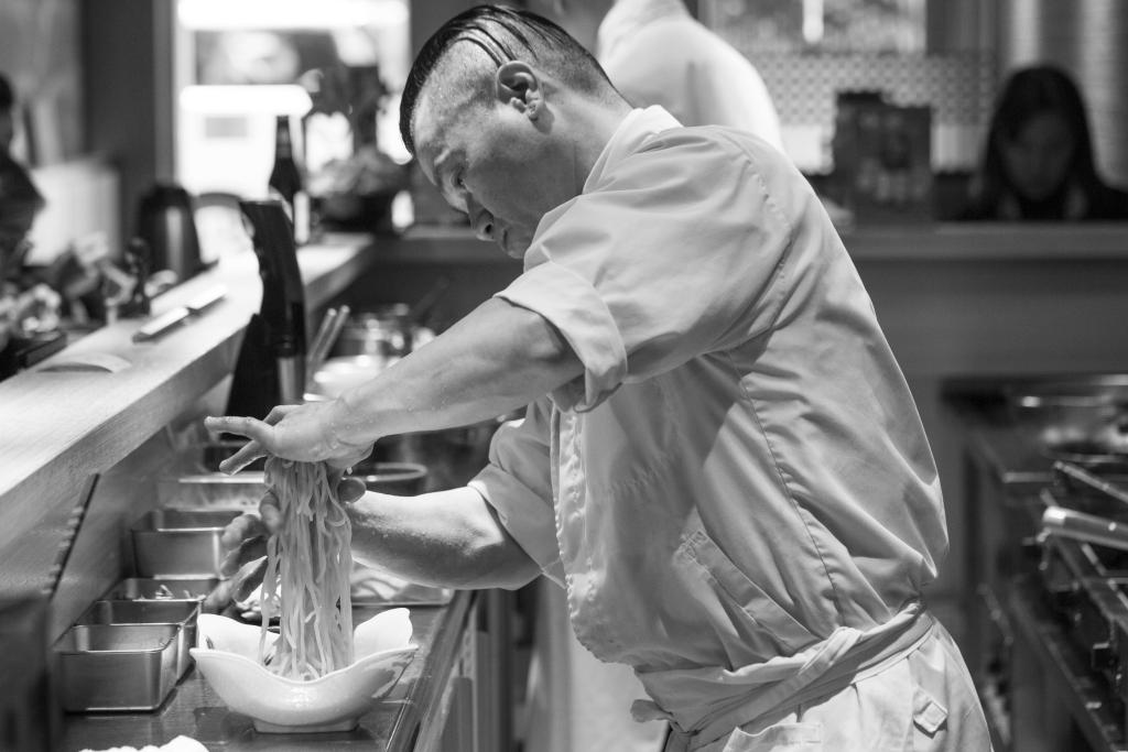 日本人工作認真專注,雖是一間平凡不過的拉麵店,但廚師自尊自重,把工作推向一種專業,變成一個「匠」人。
