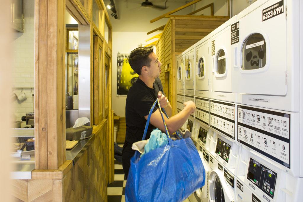 中上環一區有不少外籍人士來光顧咖啡店,還可順便洗衣。