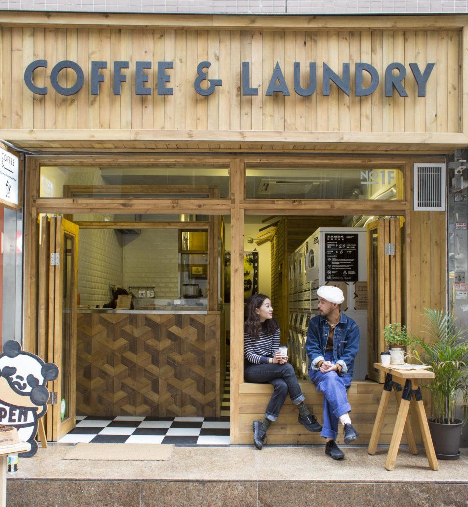 咖啡店主理人Otherway(左)和Start From Zero創辦人Katol原是朋友,當Katol要為自助洗衣店找合作夥伴時,Otherway立即答應,才會出現這個有趣又創新的空間。