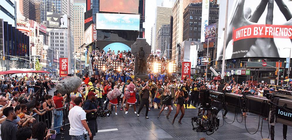 紐約時代廣場大型歌舞讓觀眾看得如坐針氈。