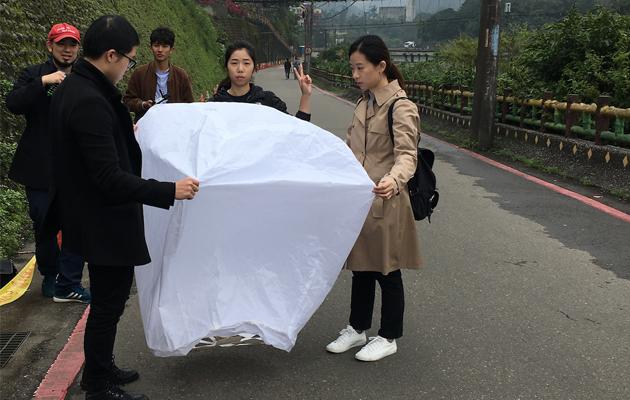 文化銀行團隊於今年2月到平溪試放環保天燈。