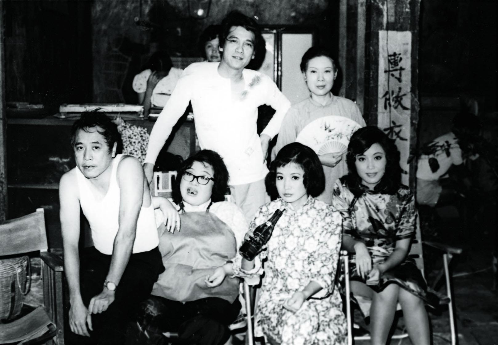 井莉 《七十二家房客》的導演與演員合照。何守信 , 沈殿霞 (劇照)