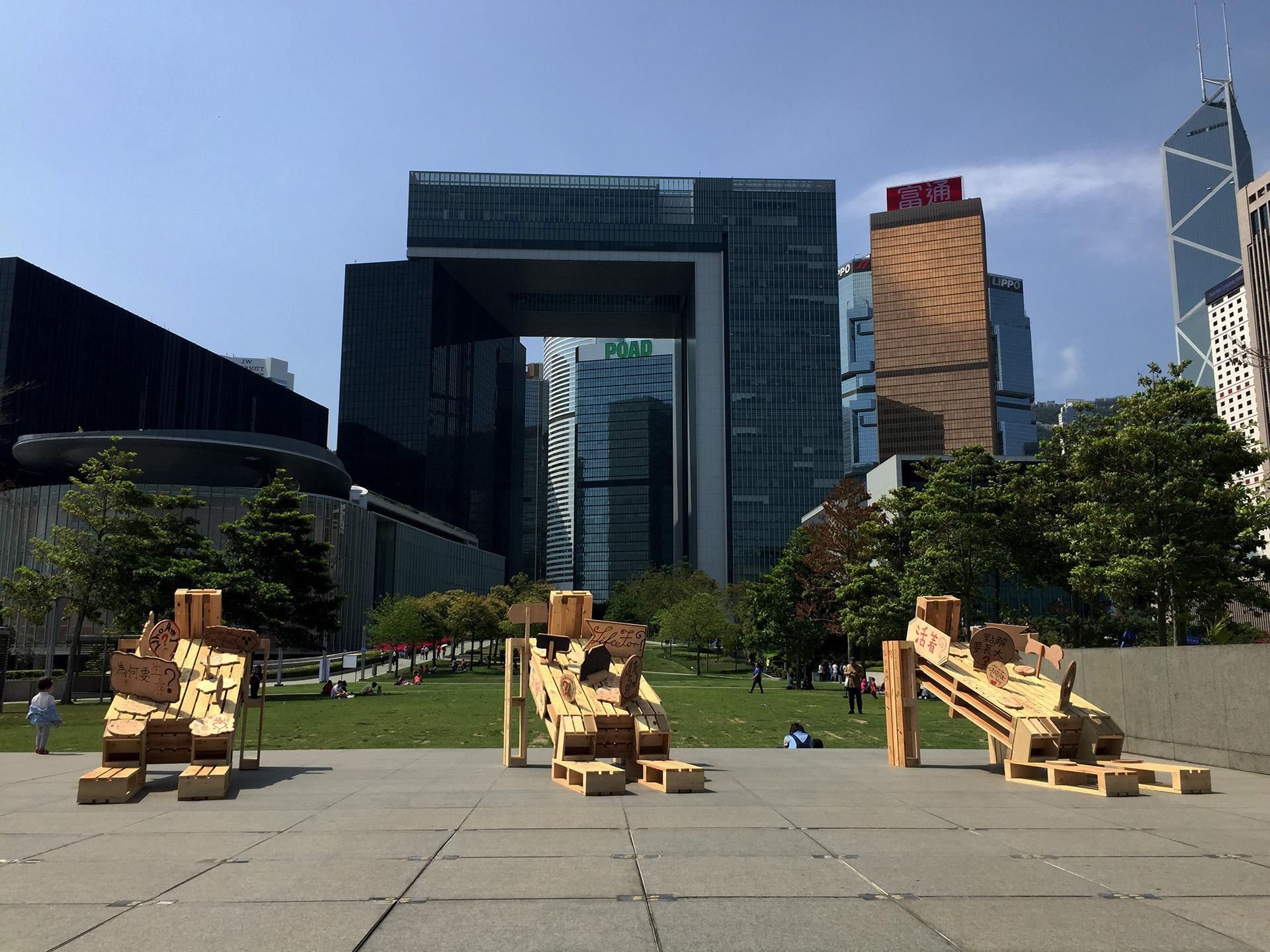 香港藝術家王天仁,在復活節期間,於天馬公園展出作品《天問》。