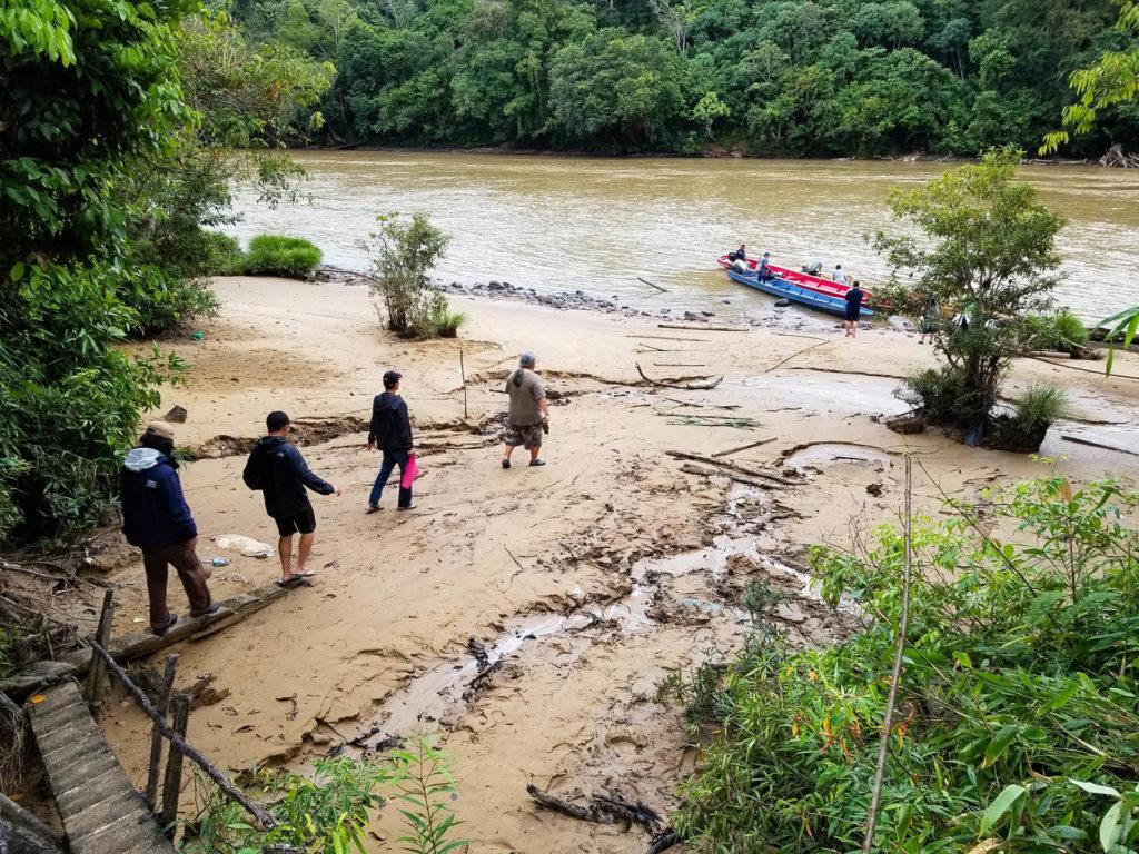 經過3-4小時的爛泥路車程,考察隊還要坐船深入叢林的村莊。