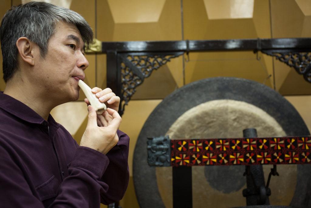 這支骨笛是由山豬的骨製造,也是周熙杰親自由馬來西亞砂勞越帶回來的。