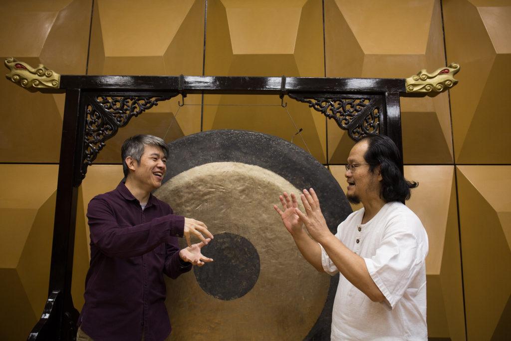 同是馬來西亞人的二位音樂家在90年代相識於吉隆坡的中樂團。即使,周熙杰期後來港發展,二人也經常合作,但為大自然譜樂章確是第一次。