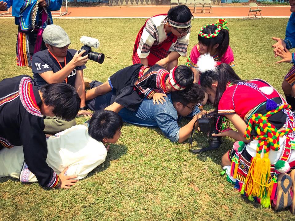 花蓮崙山國小的學生相當熱情,很快就與攝影團隊打成一片。
