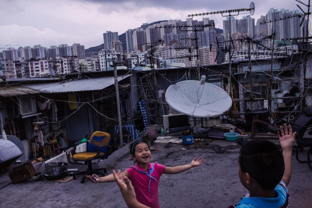 住在工廈天台屋的「新香港人」小孩在玩耍,但當Billy過了一段時間再上去時,天台屋已被清拆。(Billy H.C. Kwok作品)