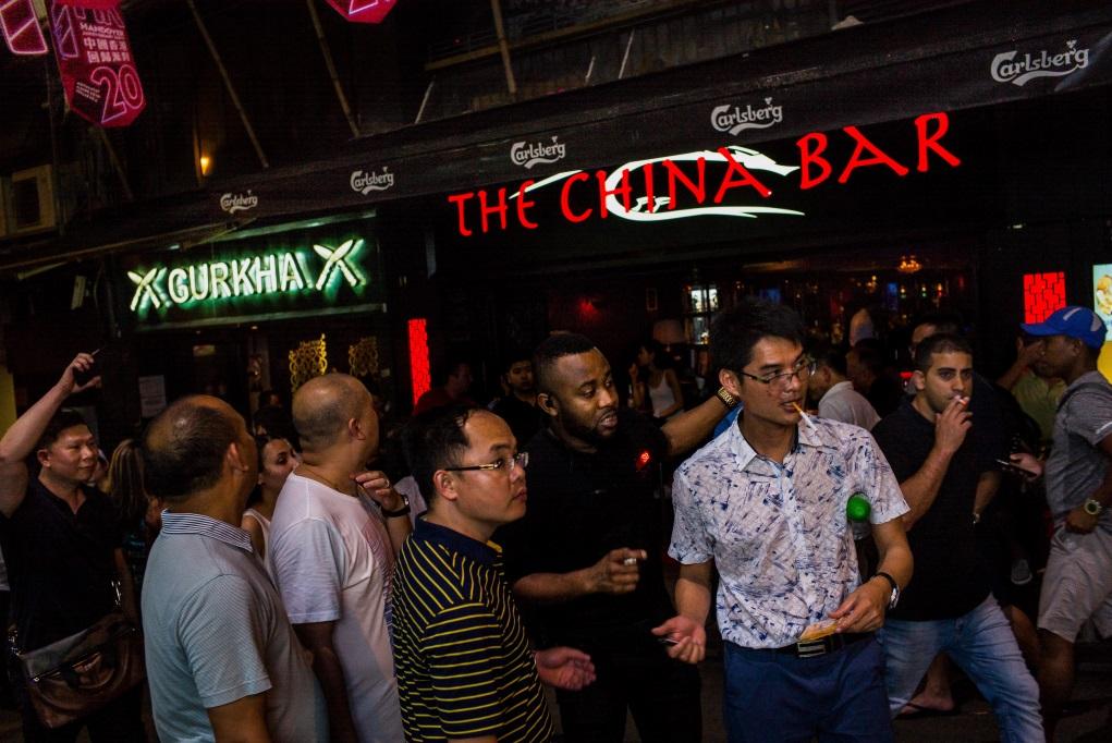 Billy認為這張拍攝於蘭桂芳的照片很代表香港,遊客以內地人為主,酒吧名字改為The China Bar,但旁邊一家名為Gurkha(啹喀兵),仍見到殖民地時代歷史。(Billy H.C. Kwok作品)