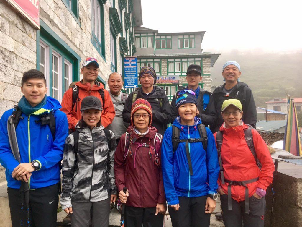 江覺年(中下)和振輝(右上二)成為香港首對,亦有機會是最後一對登上珠穆朗瑪峰的視障人士。