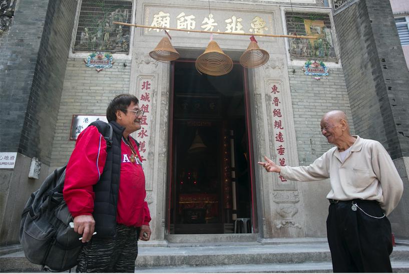 王鴻強(左)和芬叔閒談三行軼事
