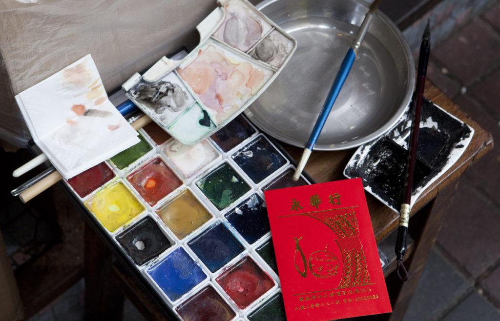 一張櫈,簡單畫具,慧惠便可以記錄城中社區大小事物。
