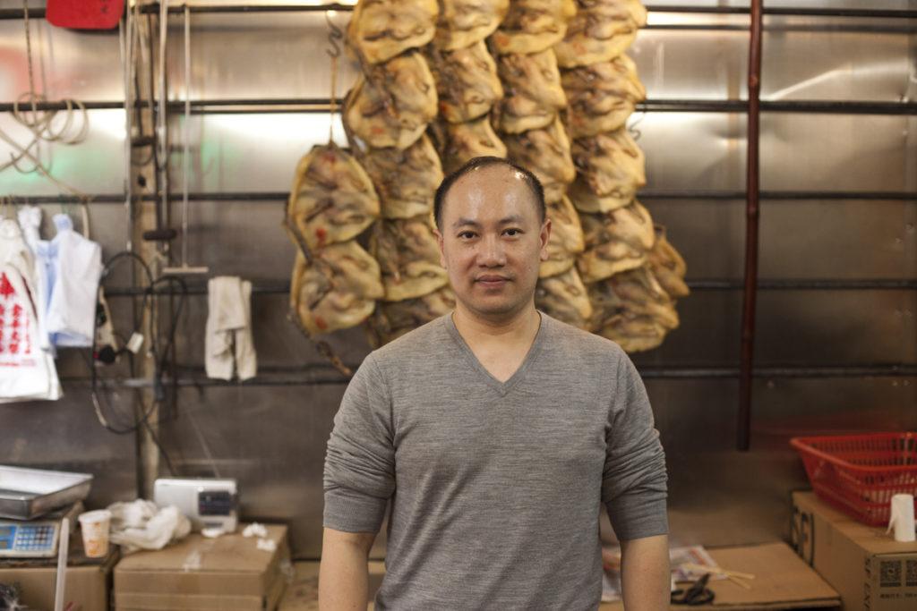鄭建輝平日在內地打理臘味廠,老舖業務交由伙記打理。