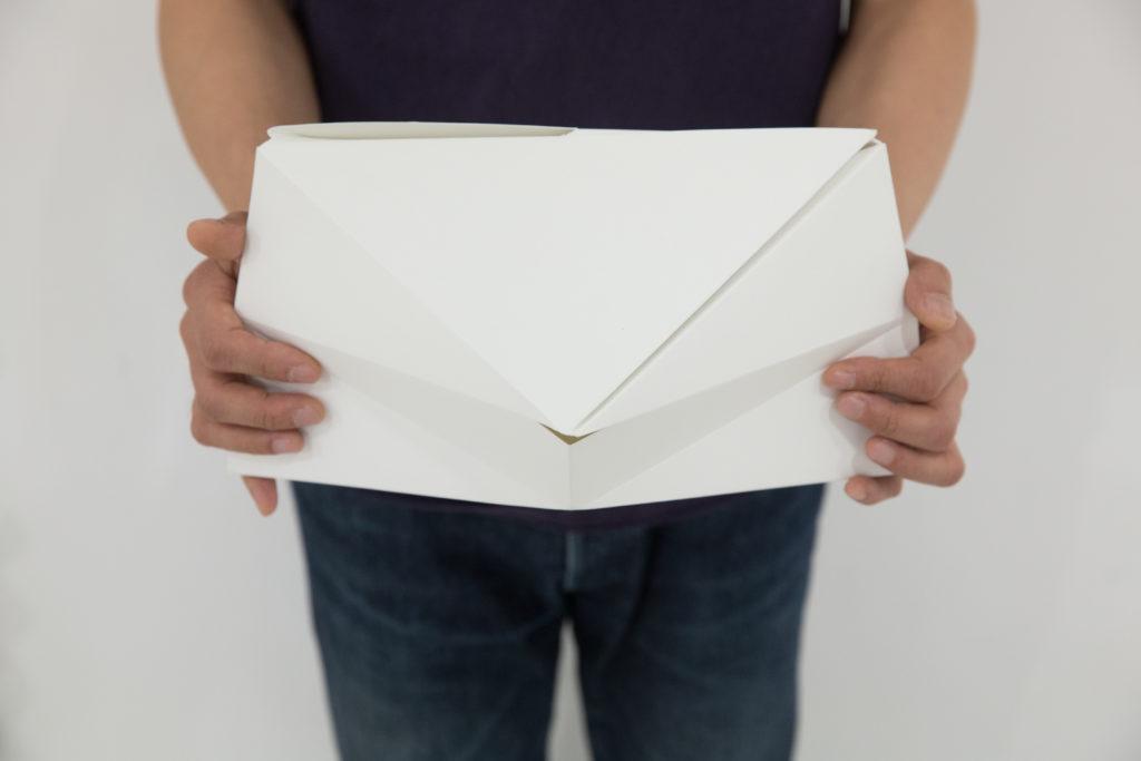 利志榮設計的撒骨灰器用紙摺成,中間開小洞讓骨灰撒出,用家能貼近親人的骨灰和感受其重量。