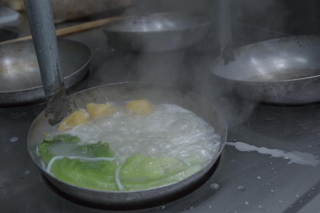 正宗的小鍋米線,一鍋一鍋,現點現煮。