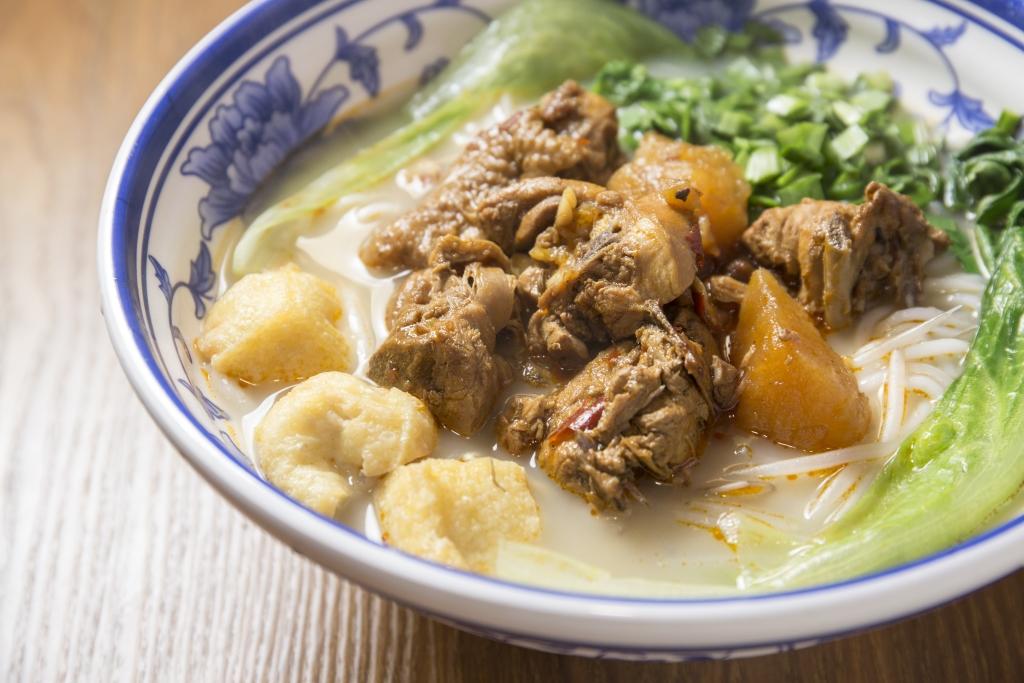 昭通黃燜雞米線 // 店裏招牌款式,帶鹹辣的薯仔黃燜雞,惹味可口。那一口軟滑的鮮米線,盡吸黃燜雞的肉香鮮味。($40)