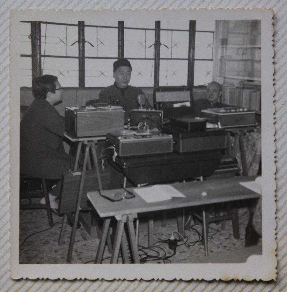 明慧法師講課,寶姊協助錄音,當年的錄音機體積很大。