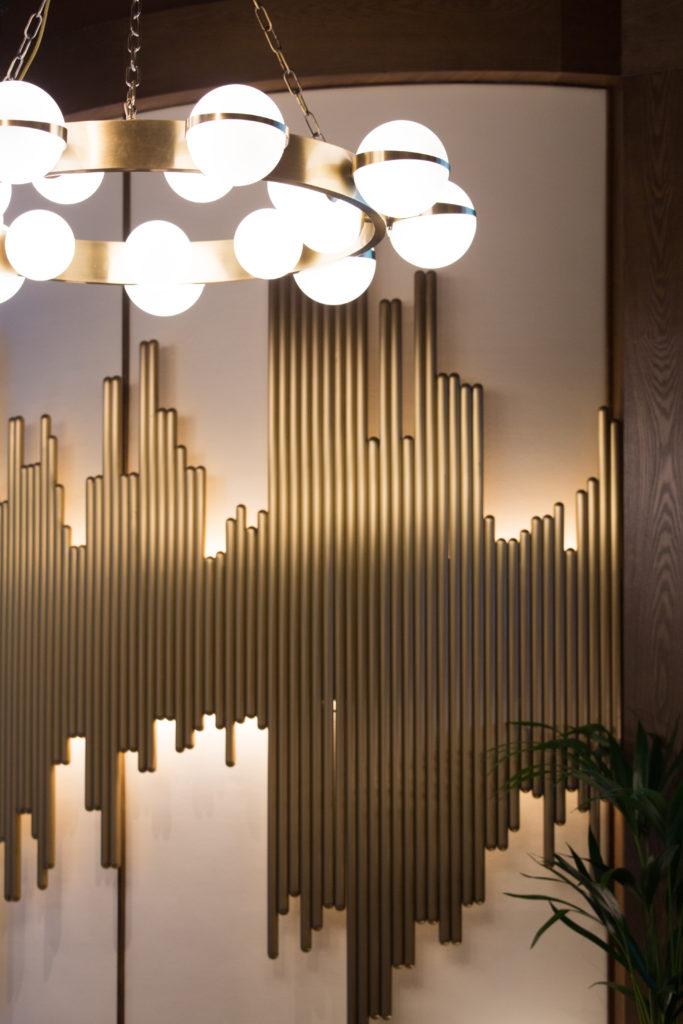 吊燈和牆壁上的設計都極具心思,牆上的裝飾品就是仿傚音頻。