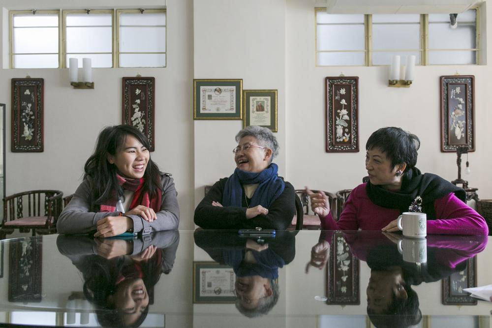 (左起)三代舊生,姚潔貞、阮嫣玲修女和吳文華歡聚一堂,有說有笑,場面溫馨。