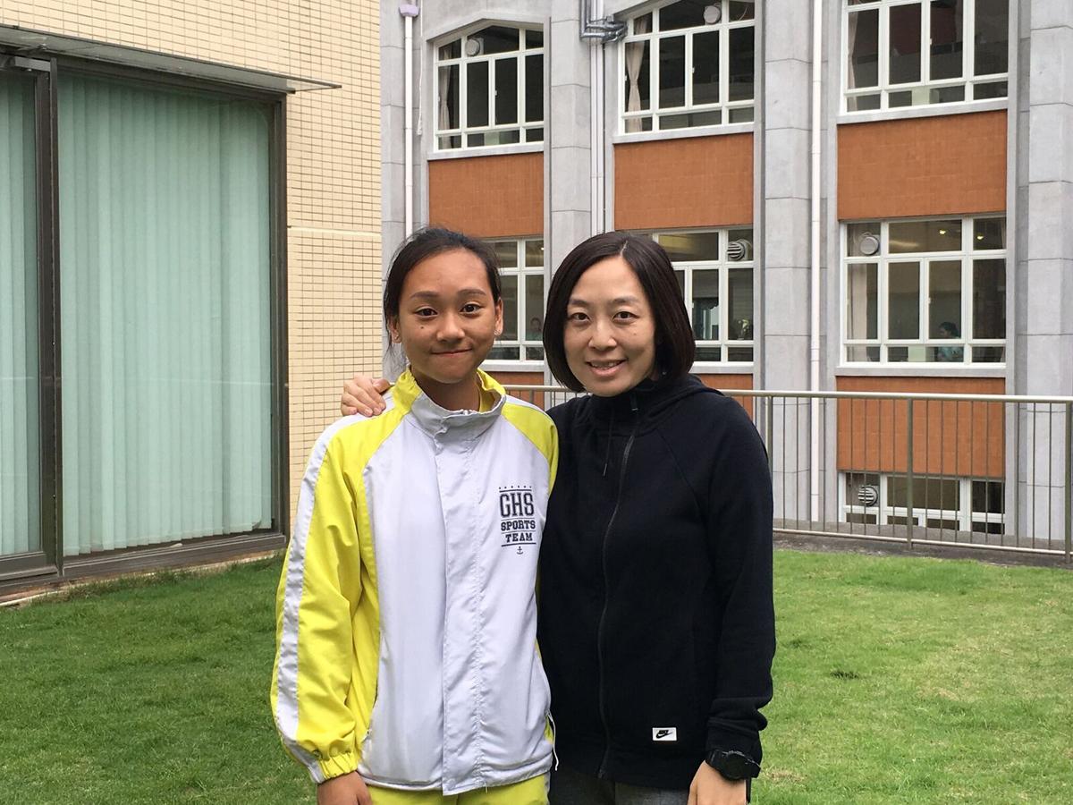 "Jennifer Chu(右)剛開始義務回校幫學生補習,後來正式成為老師,為""Individual Needs Team""的輔導老師之一,也有教導陳佩琦(左)。"