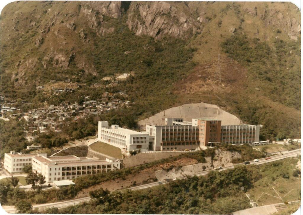 攝於八十年代,戴麗雅翼(中)落成,而小學校舍(左)則在彼鄰。