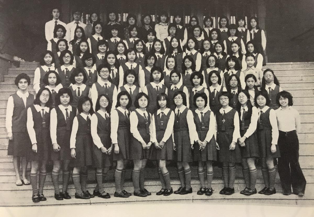 1976年學生會合照,左上角可見兩位男生。第一排最右則為阮嫣玲修女。