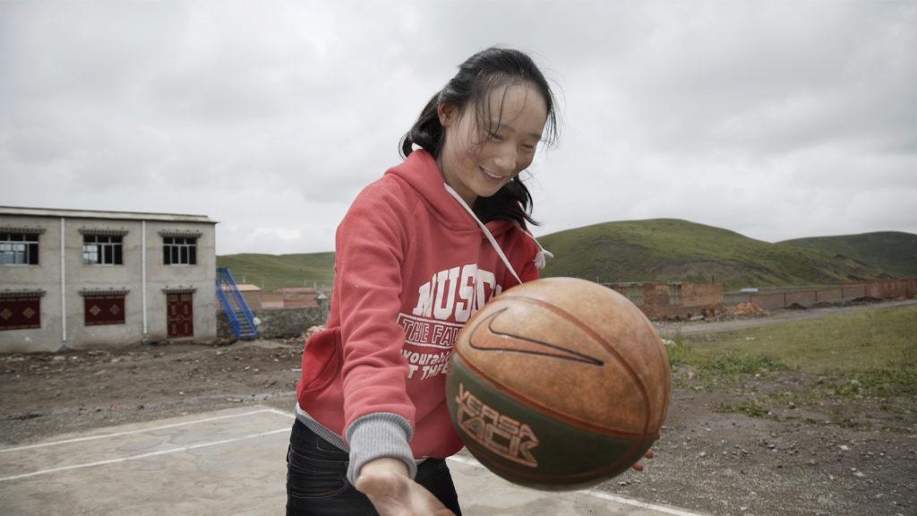 藏民婦女以往地位低,不能讀書,近年地位提高了不少。