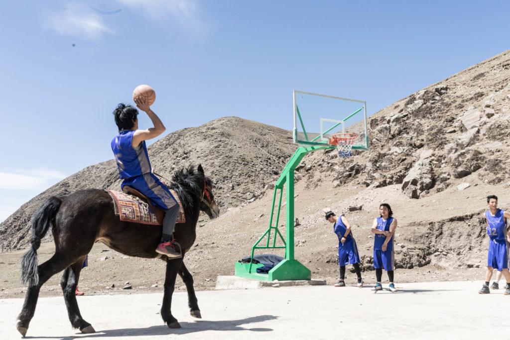 藏族牧民生活方式面臨改變,一群熱愛籃球的牧民努力保留源遠流長的傳統文化。
