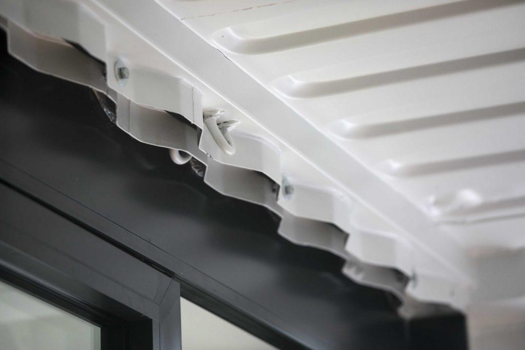 在貨櫃內,需要很仔細才能看得出貨櫃的部件,否則跟一般居室沒大分別。