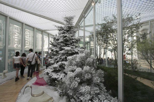 室外28度,室內卻下着雪,由太陽能轉化的電力製造低溫環境。