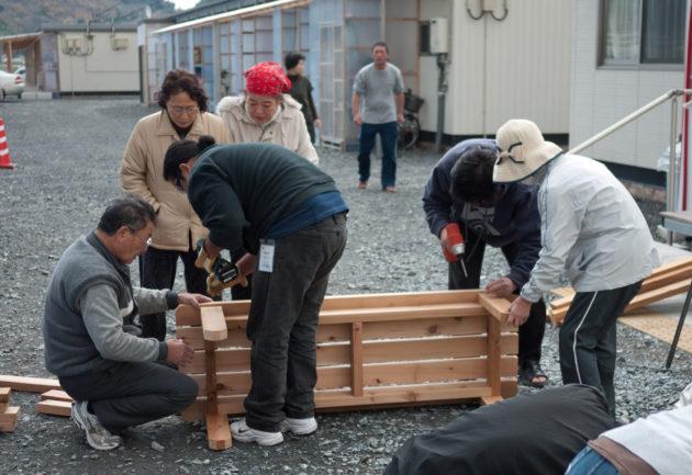 在災後,居民在石卷工房的協助下,用簡單的材料與工具自製家具。