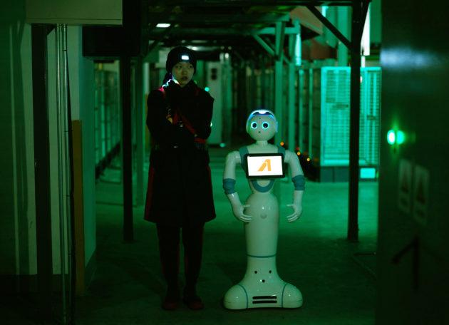 以未來的無人工廠為藍圖的《Asia One》,描繪了科技對人際關係的衝擊,人變得更孤獨,也更渴望被愛。(圖片:Cao Fei)