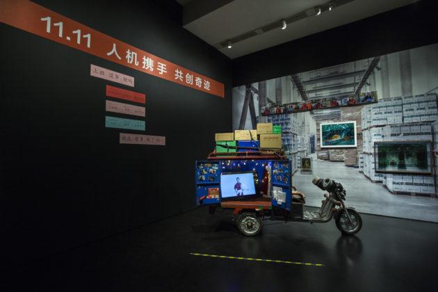 曹斐在場內放置了一架送貨電單車,播放雙十一的紀錄片。