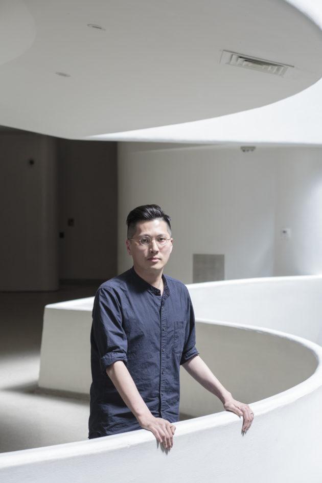 楊嘉輝,香港音樂藝術家,既有從事古典音樂創作,也有涉足繪畫、裝置、行為表演等不同媒介,其創作往往從大量的研究開始。
