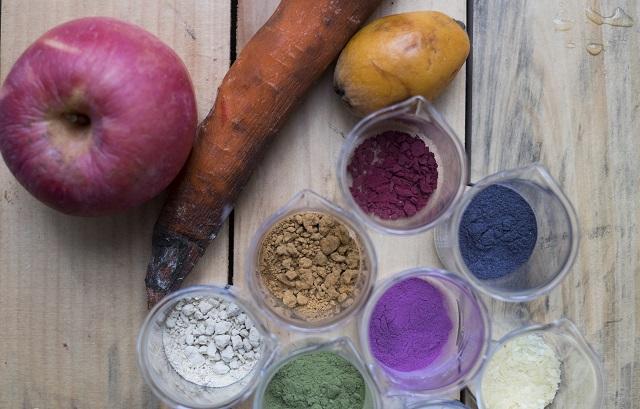 不同的蔬果經過處理後,能磨成色彩繽紛的顏料粉。