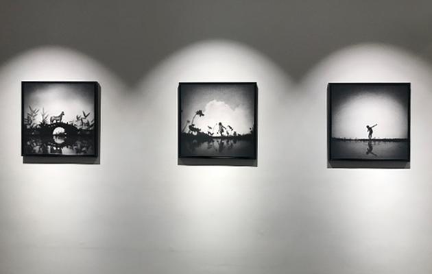 黑白影像缺乏辨認時、地、人的細節,賦予觀者更大的聯想空間。