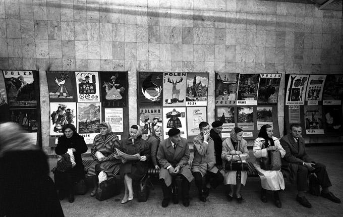 舊時代的波蘭與滿街的海報。(網絡圖片)