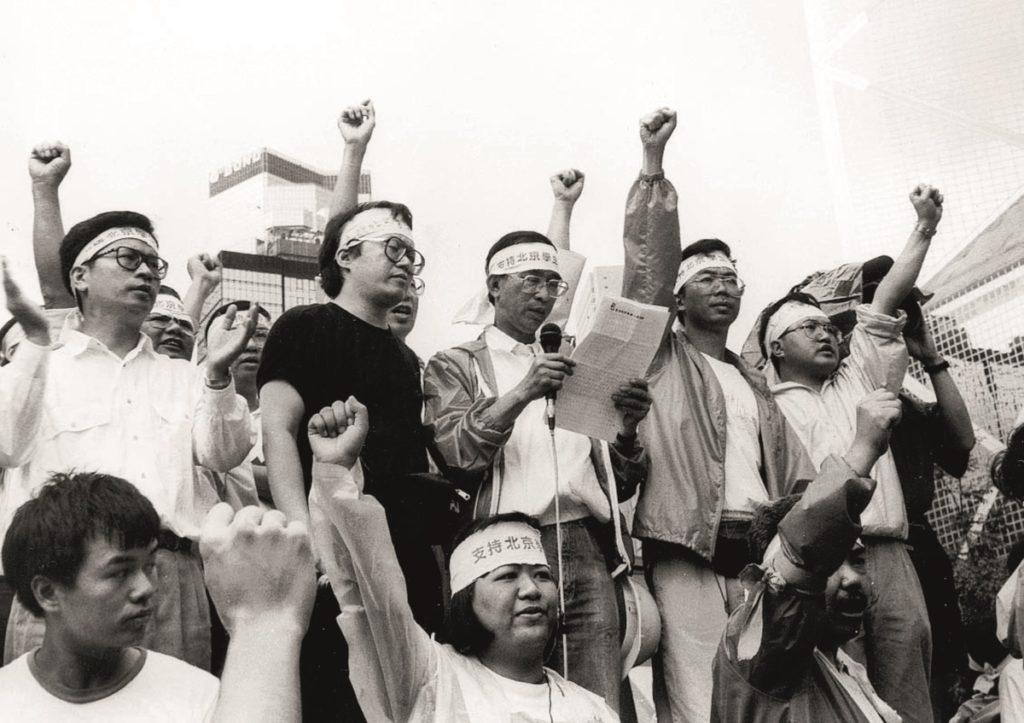 89 年民運期間,張文光站在前綫組織遊行。