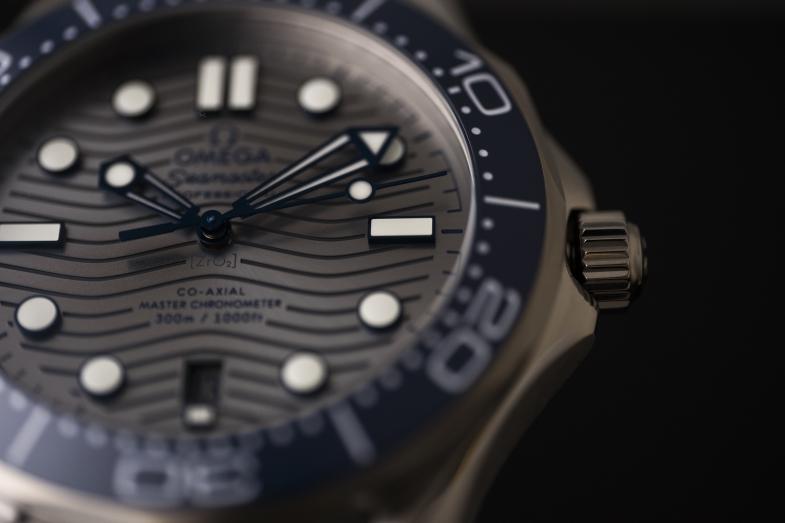 Omega Seamaster 300(約$39,000) 8800 Co-Axial Master Chronometer機芯/42mm不鏽鋼錶殼、透底/陶瓷錶圈、白色搪瓷立體刻度/日期顯示、排氦氣閥門/300米防水/嵌接式錶鏈帶/另備金鋼款及鉭金特別版