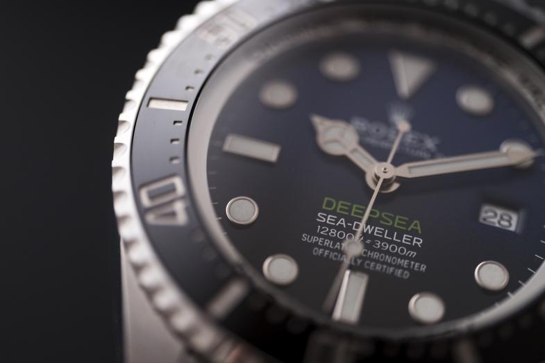Rolex Oyster Perpetual Sea-Dweller Deepsea(約CHF12,000) 44mm蠔式鋼錶殼、拱面錶鏡厚5.5mm/3235型自動機芯/Ringlock系統、氮合金鋼壓縮環、排氦閥門/3,900米防水/約70小時動力儲備/Chromalight 夜光時標及指針/蠔式摺扣延展鏈節錶帶具Glidelock 延展系統
