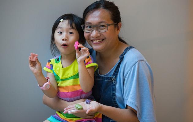 全職母親Karen(右)利用剩菜,為女兒製作天然畫筆。