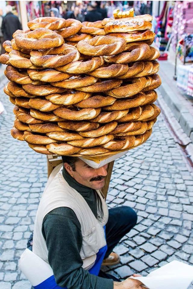 土耳其街頭,常見小販用頭頂住Simit擺賣。(受訪者提供)